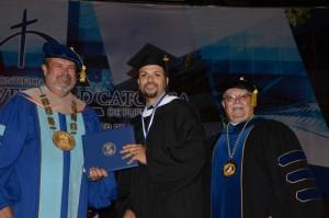 El Dr. Edwin Hernández Vera, rector de Arecibo enfatizó en la calidad académica de los egresados y dijo que en esta graduación se otorgaron grados a 127 estudiantes, 51 son del Programa Graduado.